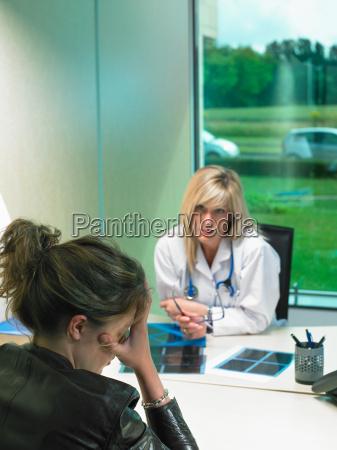doutor femea preocupados em sua mesa