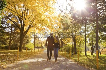 casal jovem a passear no parque