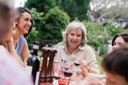 mulher adulta desfrutando de uma refeicao