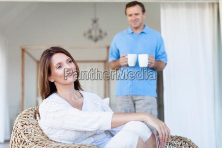 mulher risadinha sorrisos alimento casa lazer