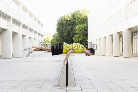 homem novo que balanca horizontalmente no