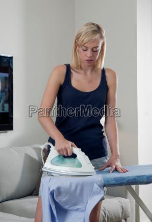mulher casa estilo de vida concentracao