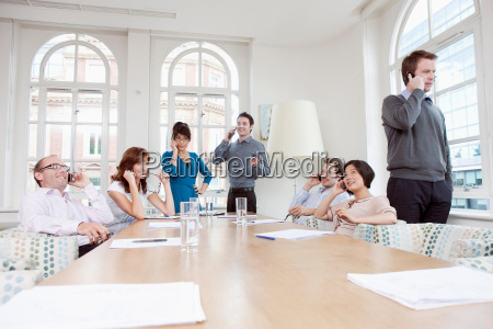group, of, people, on, mobile, phones - 18314180