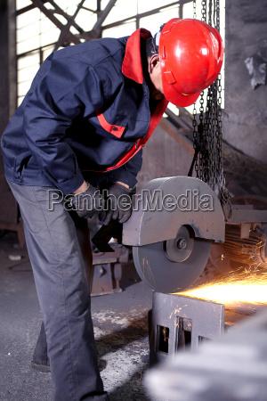 trabalhando em fundicao de ferro fundido