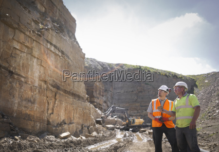 quarry trabalhadores inspecionar rocha strata pedra