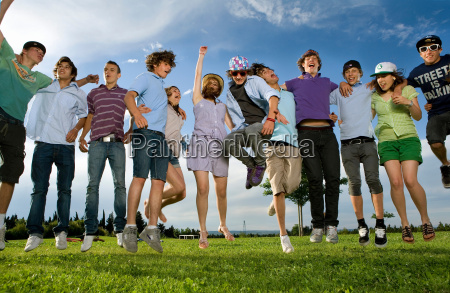 salto, adolescente, do, grupo, no, parque - 18417578