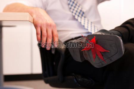 folha furada a sapata do homem