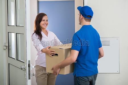 entrega homem da pacote para mulher