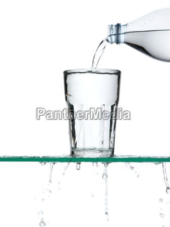 derramando agua
