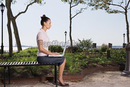 mulher perfil feminino arvore parque ao