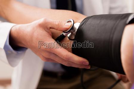 medico adulto medio usando estetoscopio e
