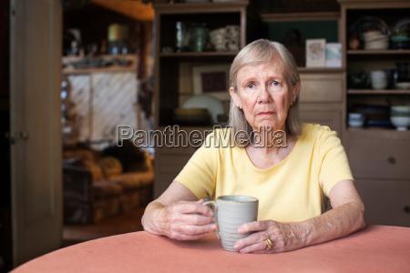mulher senior com expressao deprimida