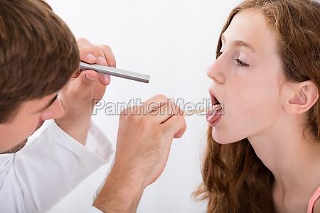 close up do medico examinando a