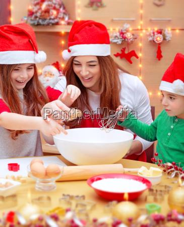 familia feliz que prepara se para