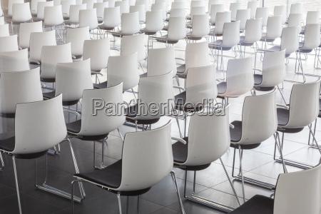 esvazie cadeiras brancas no salao de
