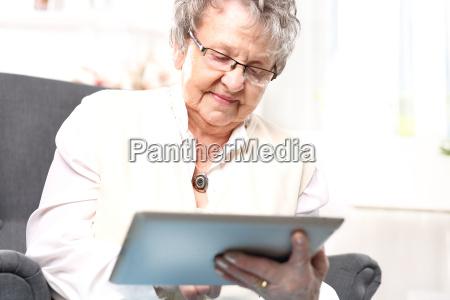 vovo e computador mulher madura com