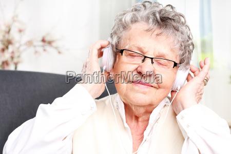 a vovo ouve musica