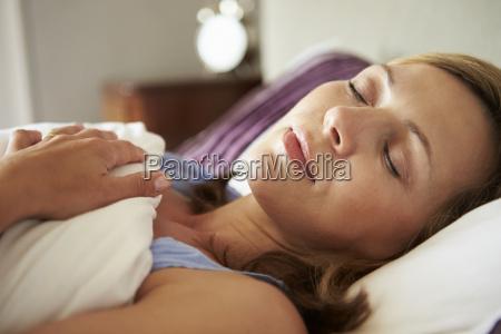 mulher envelhecida media atrativa adormecida na