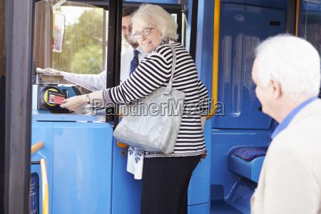 aeltere paare boarding bus und pass