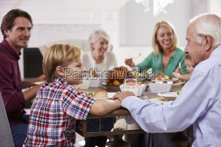 grupo familiar estendido sentar se em
