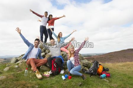 grupo de jovens caminhando no campo