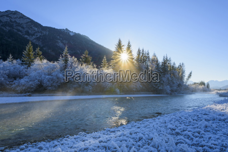 river isar in winter with sun