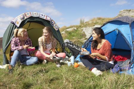 grupo de adolescentes em viagem de