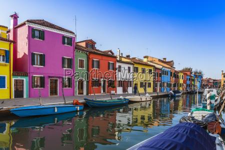 casas e barcos multi coloridos no