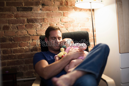 far holder baby datter i laenestol
