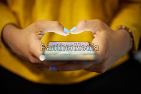 kvinde typing telefonnummer besked on social