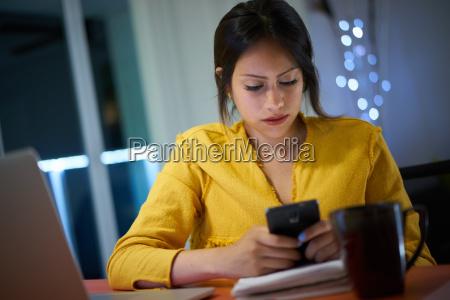 estudante universitario que estuda na noite