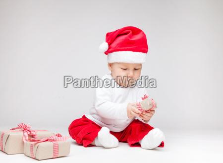 bebe adoravel usando um chapeu de