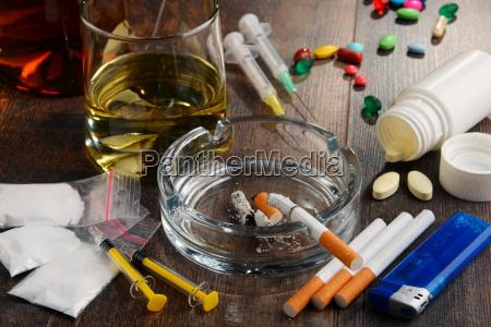 substancias viciantes incluindo alcool cigarros e