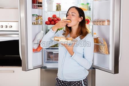 mulher que come o alimento doce