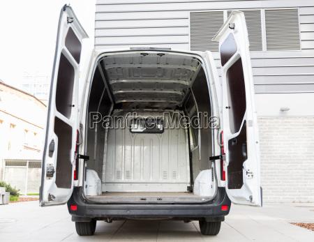 carro de minivan vazio com portas
