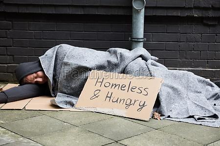 socialmente sono adormecido mendigar faminto fora