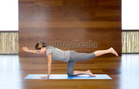 mulher que faz a ioga no