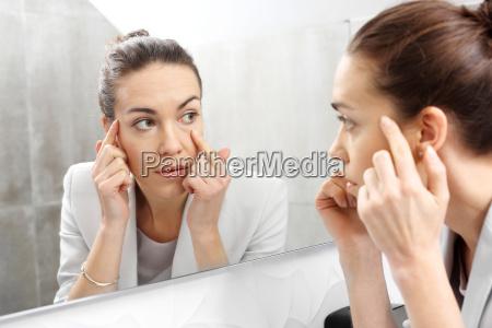 espelho a mulher olha para o