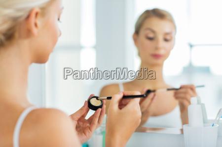 mulher com escova e eyeshade da