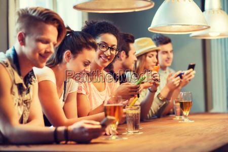 telefone pessoas povo homem taverna risadinha