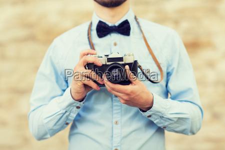 bliska czlowieka hipster z kamery filmowej