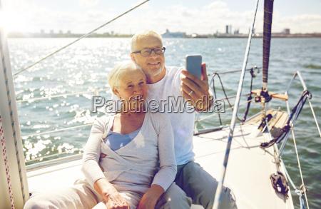 seniores com o smartphone que toma