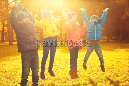 grupo de criancas felizes que tem