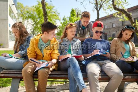 grupo de estudantes com cadernos na