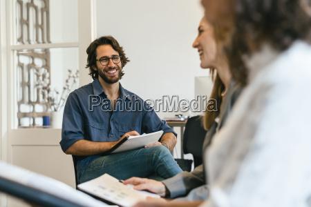 escritorio risadinha sorrisos sala de conferencia