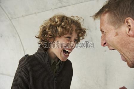 pai e filho gritando um com