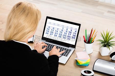 caderno computadores computador pessoa data um