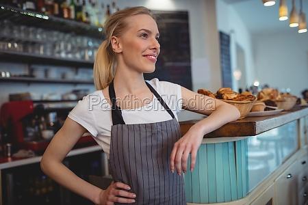 barista femea feliz que esta no