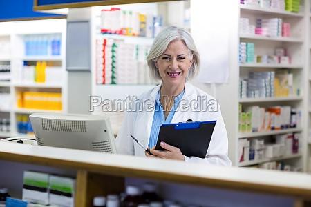 medico mulher risadinha sorrisos trabalho saude