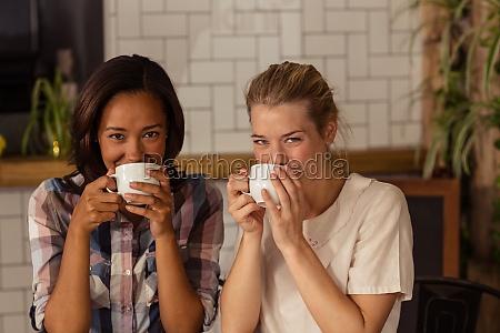 cafe bebendo do cliente dois encantador